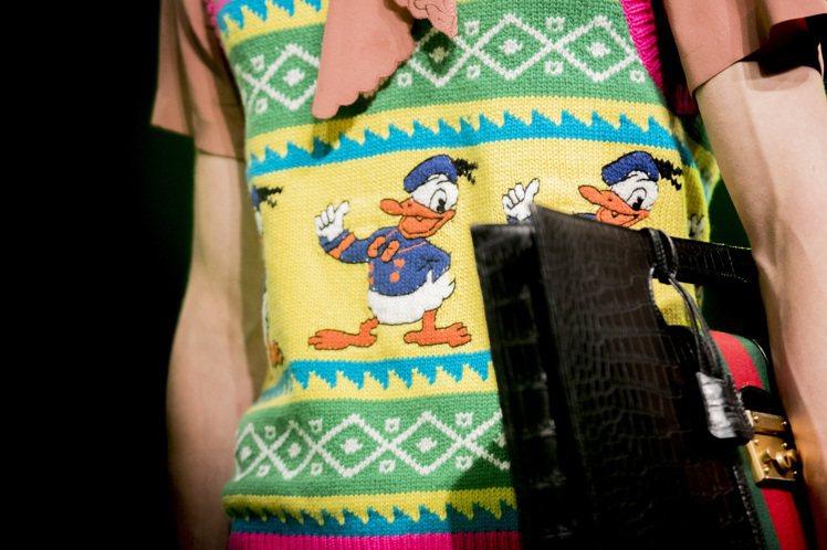 Gucci春夏男裝中加入迪士尼經典角色「唐老鴨」,讓這隻全球知名度超高的鴨子成為...