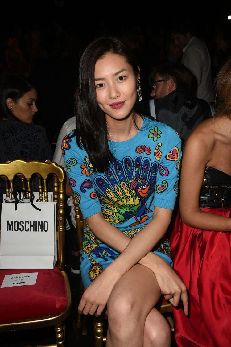 超模劉雯穿Moschino2017早春卡通孔雀上衣。圖/Moschino提供