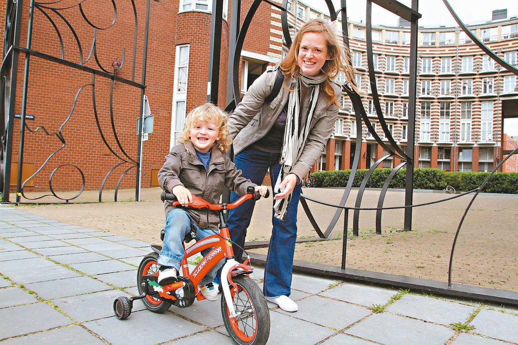 荷蘭阿姆斯特丹東碼頭居民帶小孩在戶外練騎單車。 圖/聯合報攝影中心