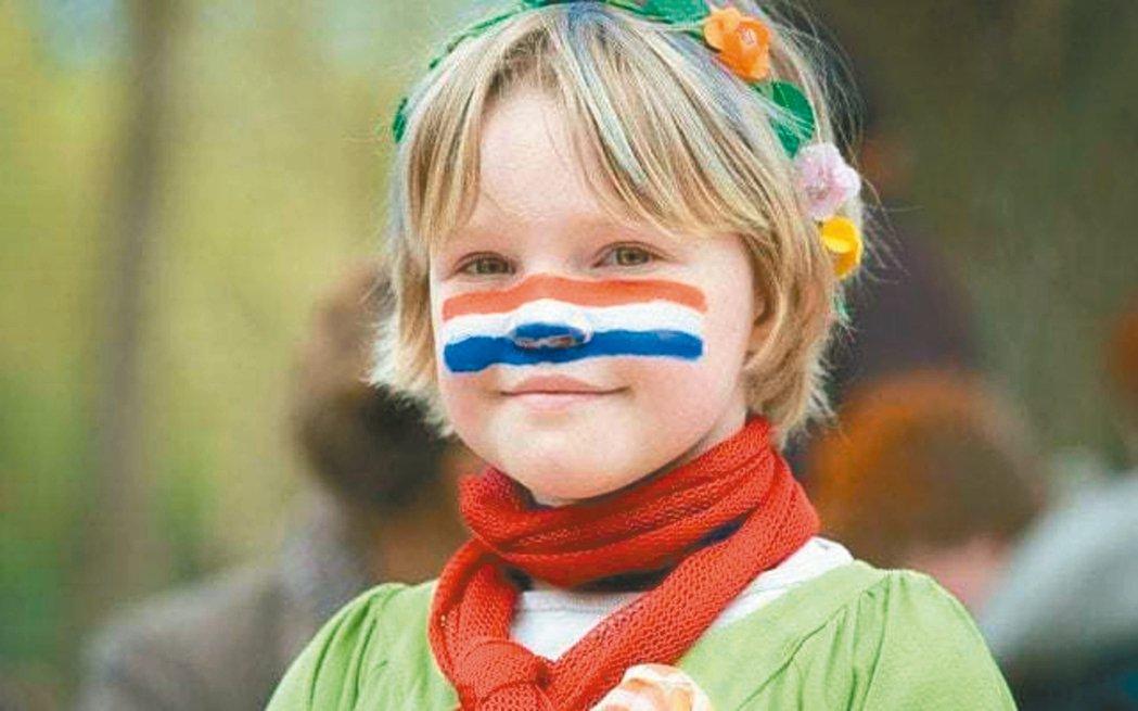 荷蘭小女孩在臉上彩繪國旗。 圖/取自英國電訊報
