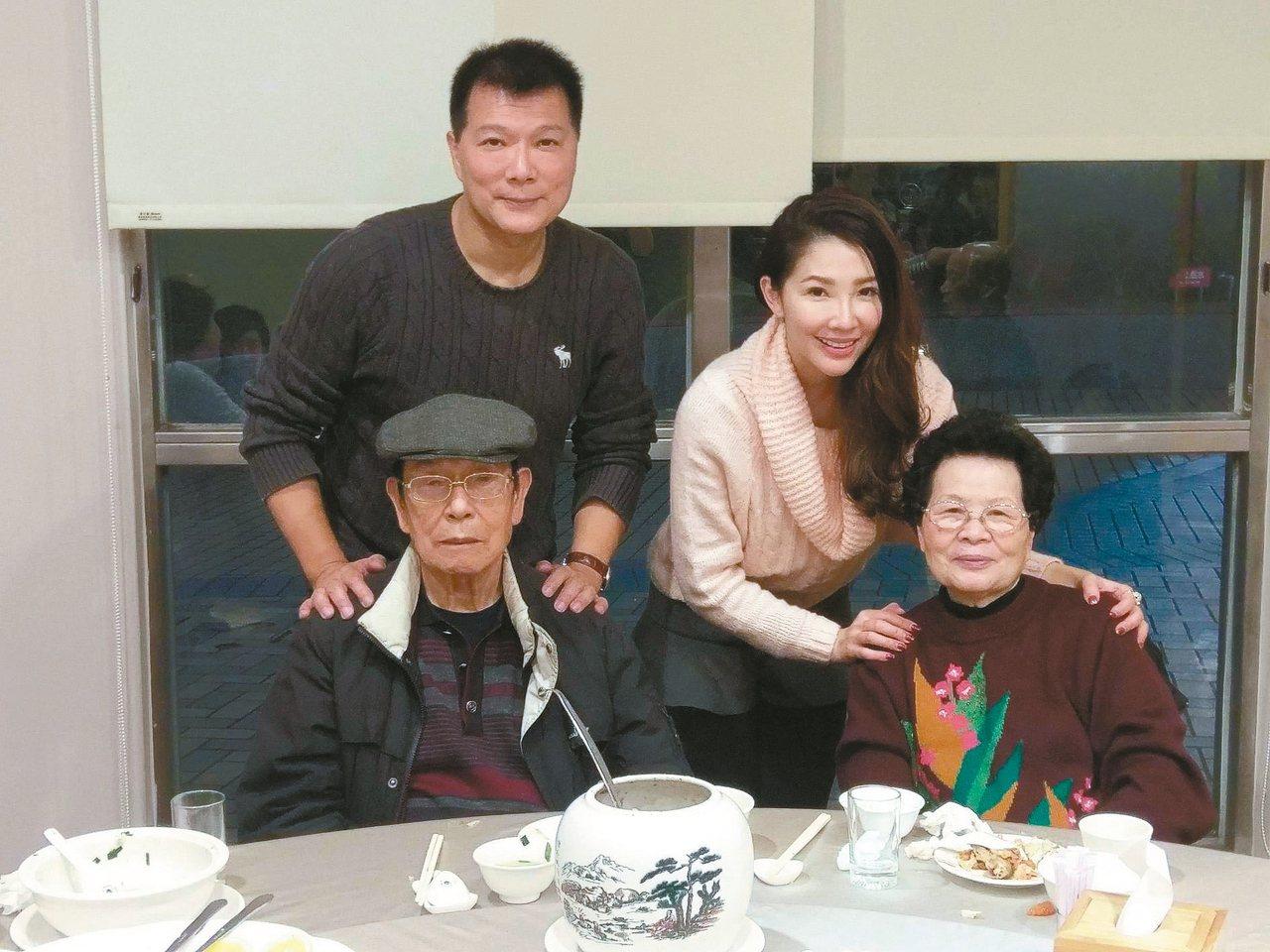蔡詩萍夫婦與父母合影。 (圖╱蔡詩萍提供)