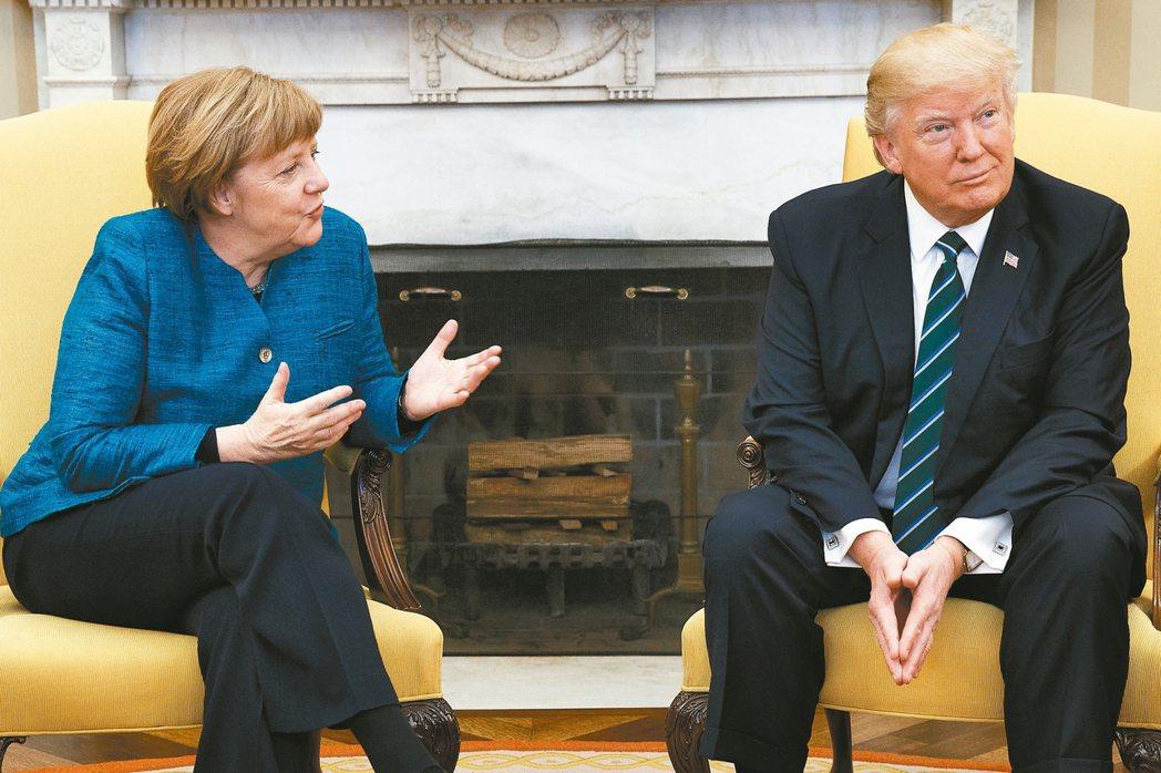 德國總理梅克爾(左)17日在白宮作客,她向川普提議握手,川普不理她。 美聯社