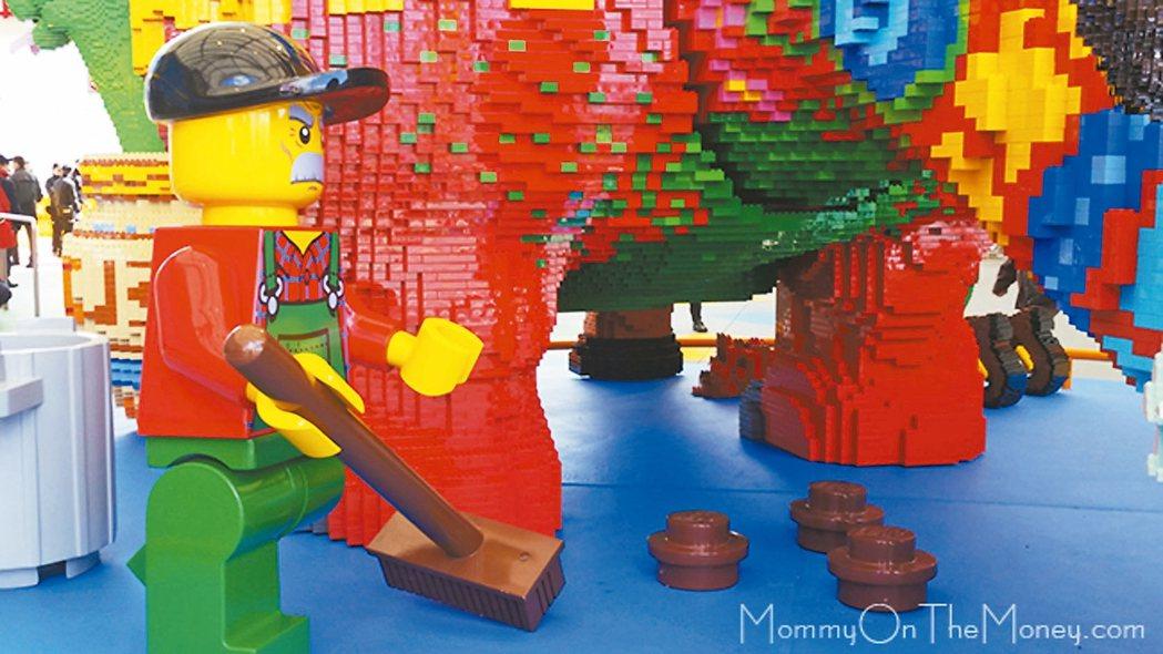 位於日本名古屋的樂高樂園本周即將開幕,入口處就有一隻招牌大恐龍,這隻雷龍模樣的紅...