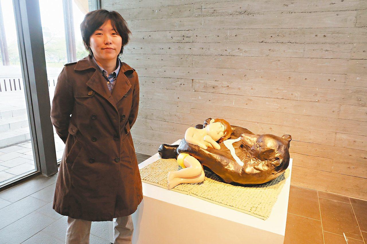 藝術家黃湘智用泥巴、石膏、玻璃纖維等素材,捏出無嘴的小朋友塑像。 記者張芮瑜/攝...