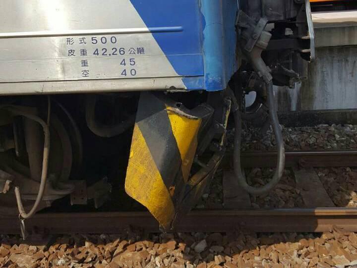台鐵一列區間車27日撞上6頭牛,車頭的排障器毀損。 圖/台鐵提供