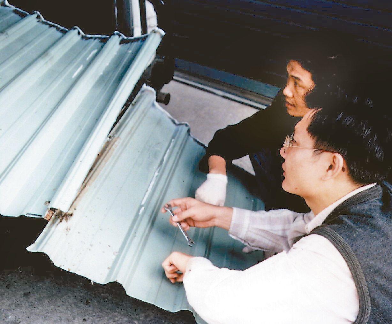 1996年11月30日,彭婉如命案,圖為當年警方專案小組鑑識人員切割沾有血跡的鐵...