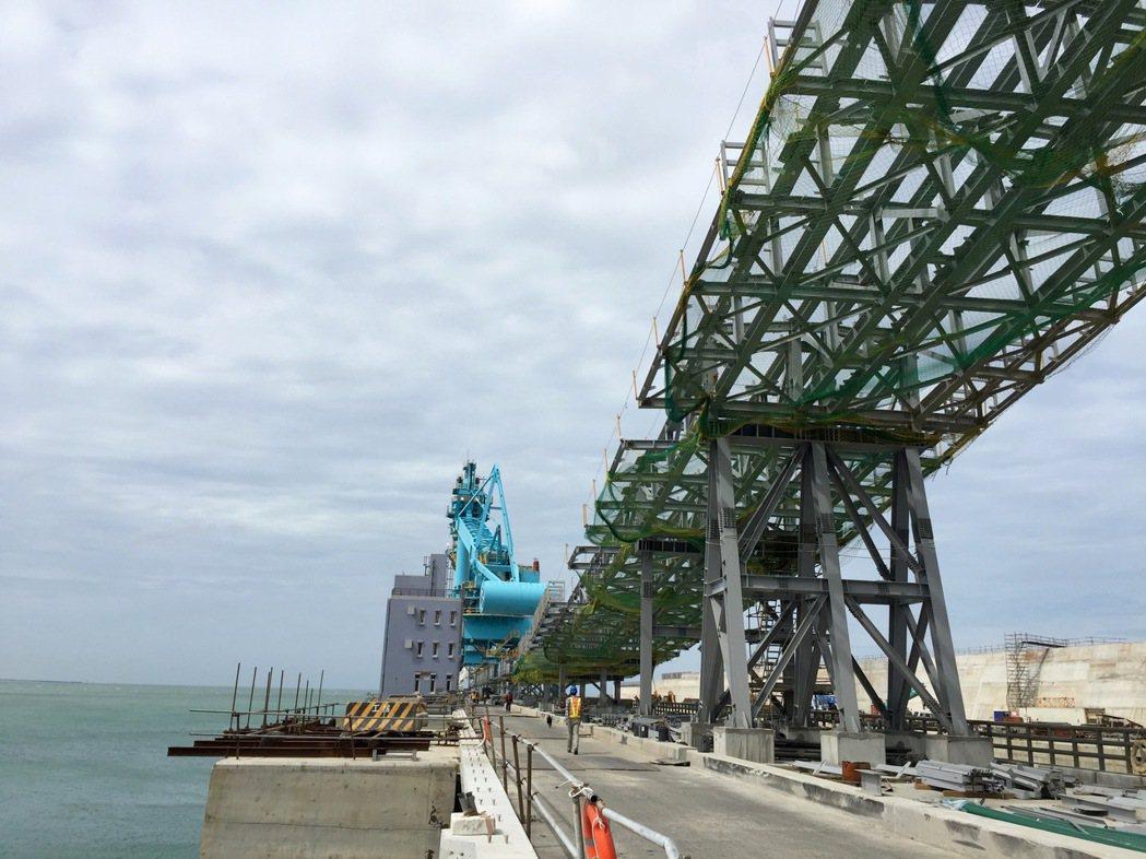 林口電廠將成今年夏季電力生力軍。圖為林口電廠卸煤碼頭。 報系資料照
