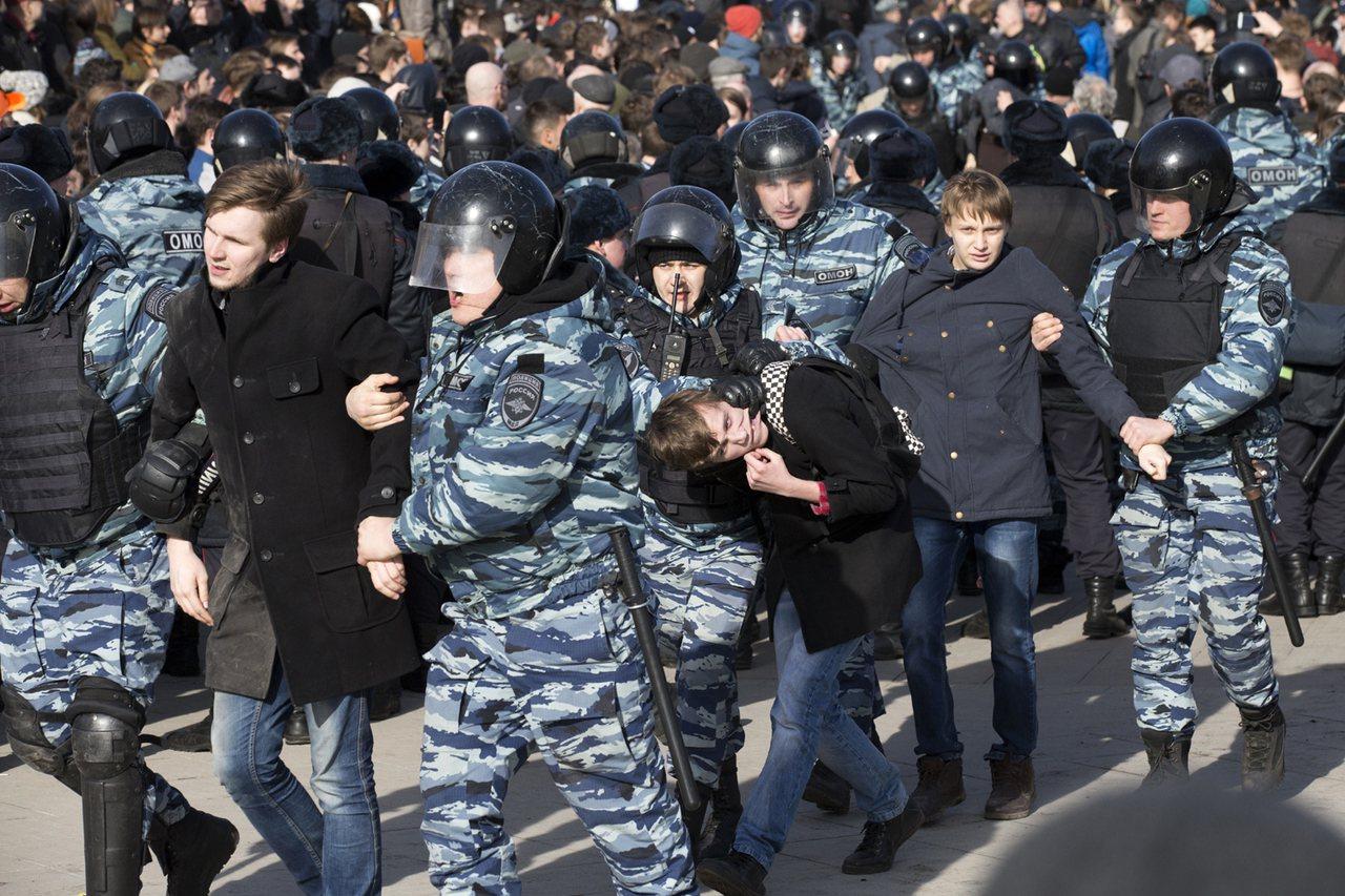 俄羅斯警方在莫斯科市中心逮捕抗議者。 美聯社