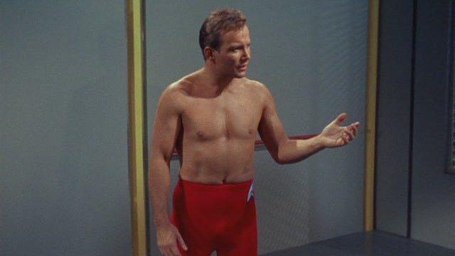 在「星艦迷航記」飾演寇克艦長的威廉沙特納都貼出自己當年穿「企業號」制服的照片。