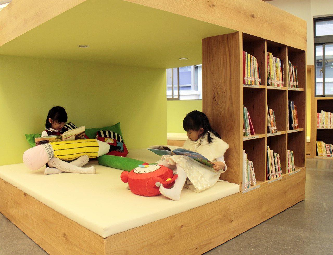 三峽北大分館共兩層,以親子為主題,在4樓打造親子專屬的閱讀空間,小朋友窩著閱讀就...