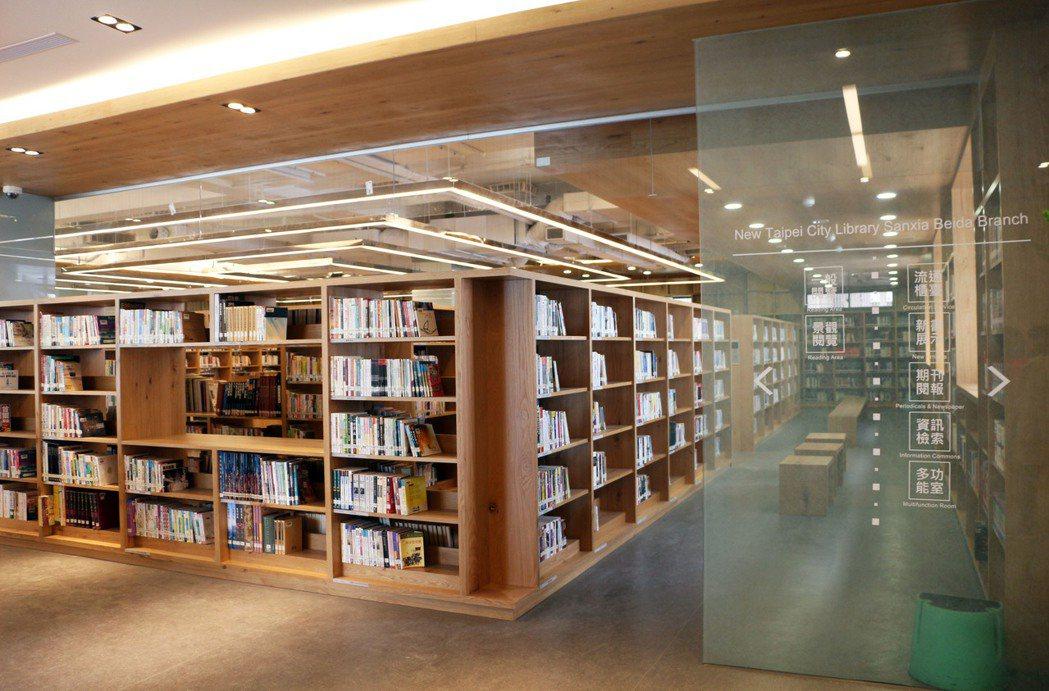三峽北大分館3樓以原木打造的閱覽區,木書架以回形的方式陳列,宛如迷宮。圖/新北市...