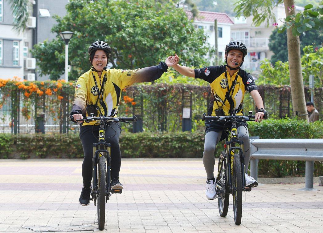 安菲(左)與貫中(右)本來是吸毒人口,現在戒毒後成為志工,穿著背心騎單車宣導反毒...