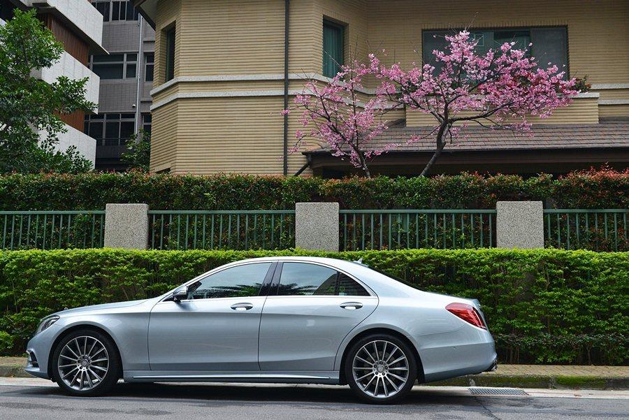 S 350 d 運動版較長軸型縮短了130mm的軸距,更顯俐落身形。  Mer...