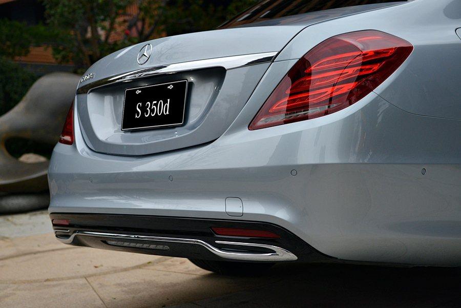 採用 AMG Line 跑車化套件,隱藏式尾管附鍍鉻飾條,彰顯出其自駕運動化風格...