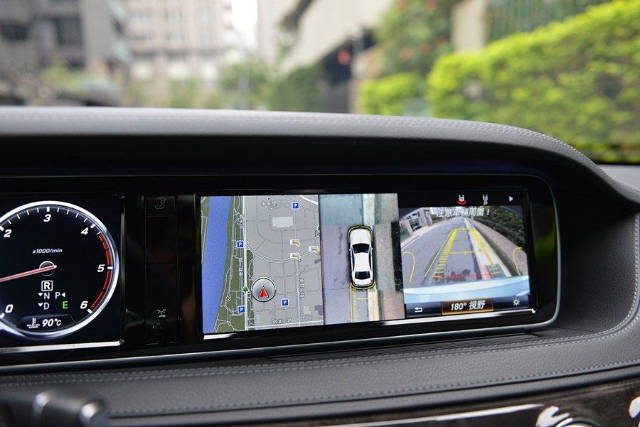12.3吋彩色螢幕是座艙內的影音娛樂平台,也能提供原廠中文導航、停車輔助等各種重...