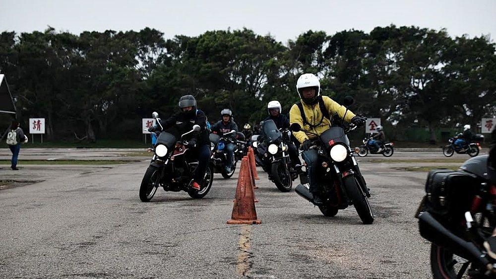 SYM三陽機車與新竹安駕中心合作,由新竹安全駕駛教育中心教練親自教授SYM車友完整的安全防禦駕駛課程。 SYM提供