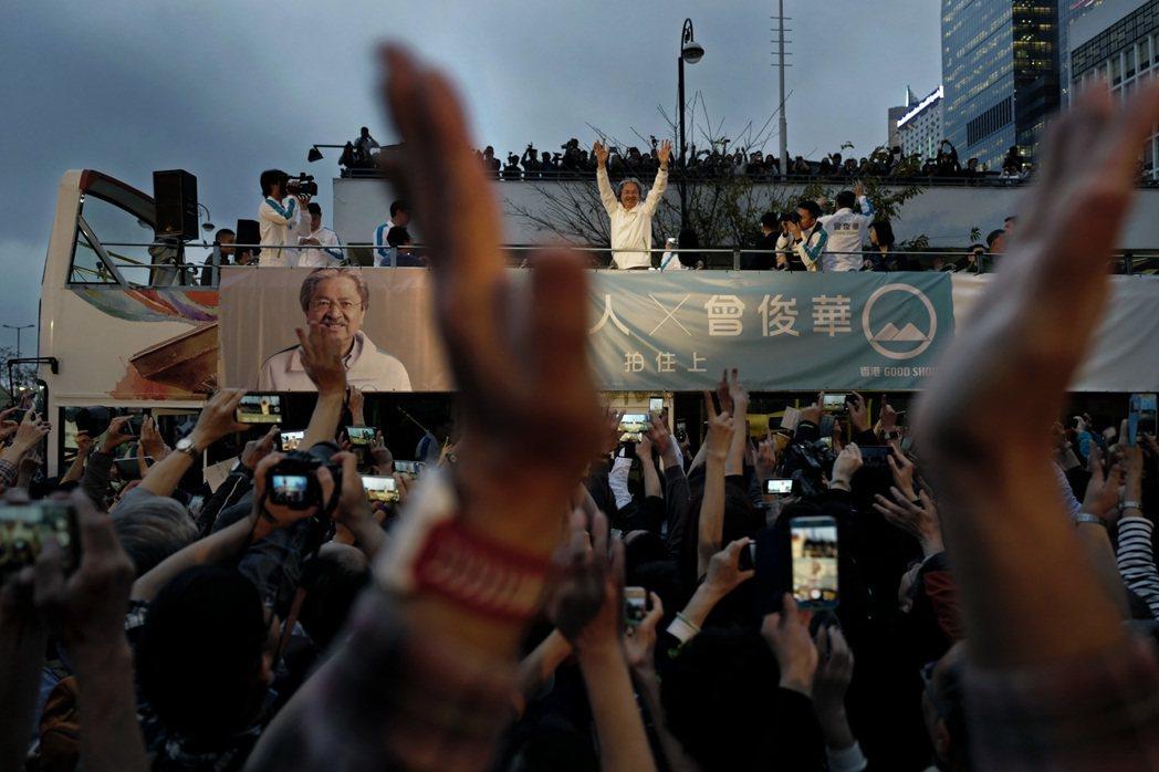 相較於準特首林鄭月娥,候選人之一的曾俊華擁有較多民意背書。 圖/美聯社