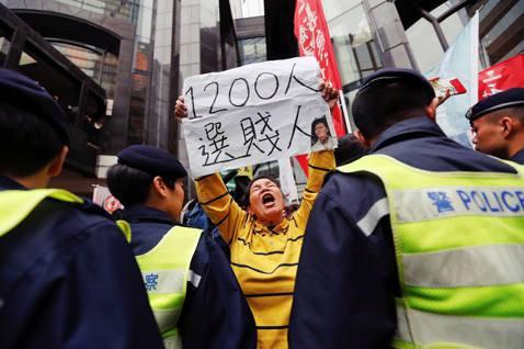 領導香港700多萬人口的政治領袖,竟然是由1,200人選出,而具有投票權的選舉委...