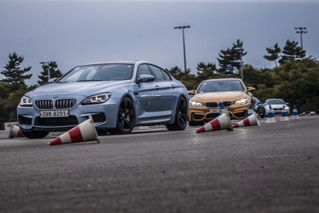 由BMW專業教練帶領學員練習繞錐技巧。 圖/汎德提供