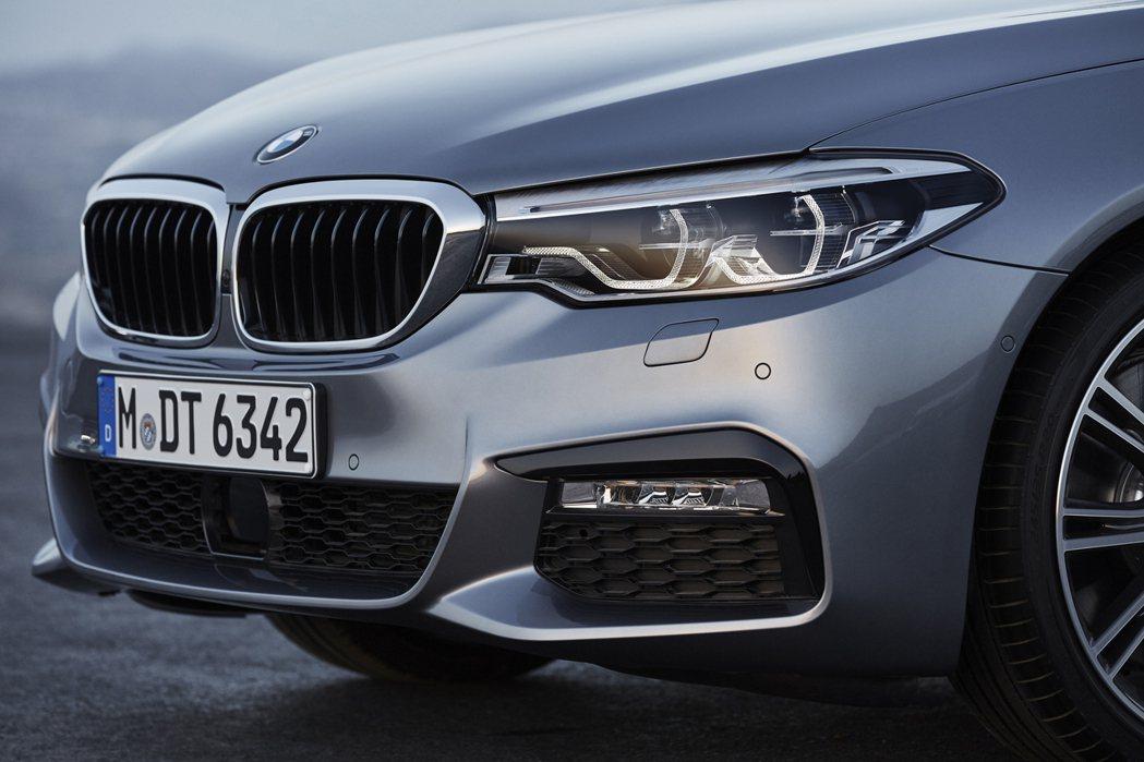 BMW全新5系列也採用LED頭燈。 圖/BMW提供
