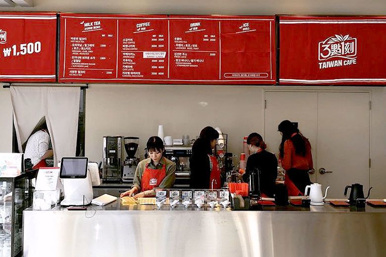 跟常見的咖啡廳相比,3點1刻第一間咖啡店走低價位路線,搭配販售臺灣點心,展現在韓國飲料圈打下一片江山的企圖心。 圖/取自315TaiwanCafe