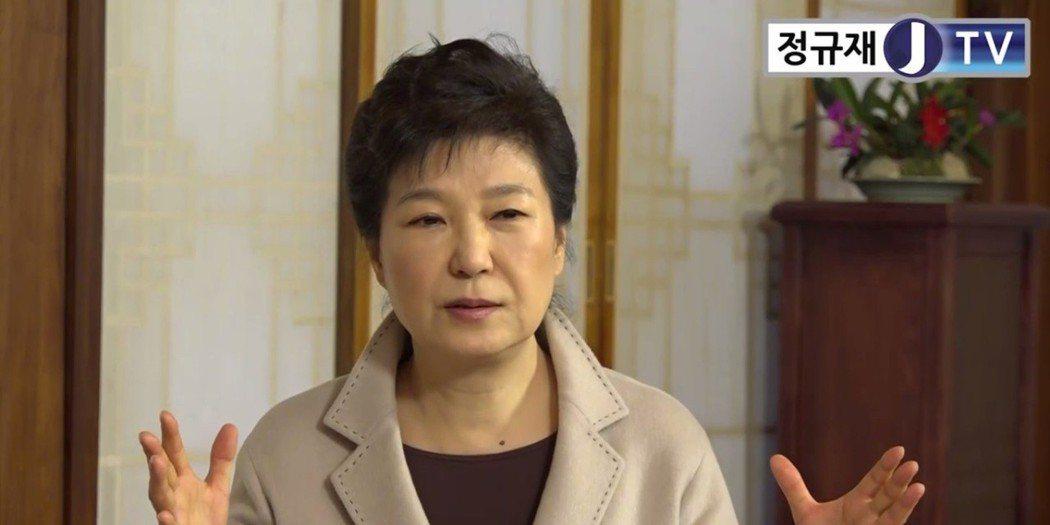 訪問中,鄭奎載的提問多集中在朴槿惠的日常生活、外界醜化她形象、崔順實女兒是不是由...