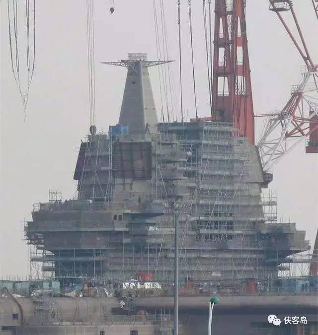 大陸網絡近日流傳數張「山東艦」的最新照片,顯示其國產航空母艦已大致成形,但尚未完...