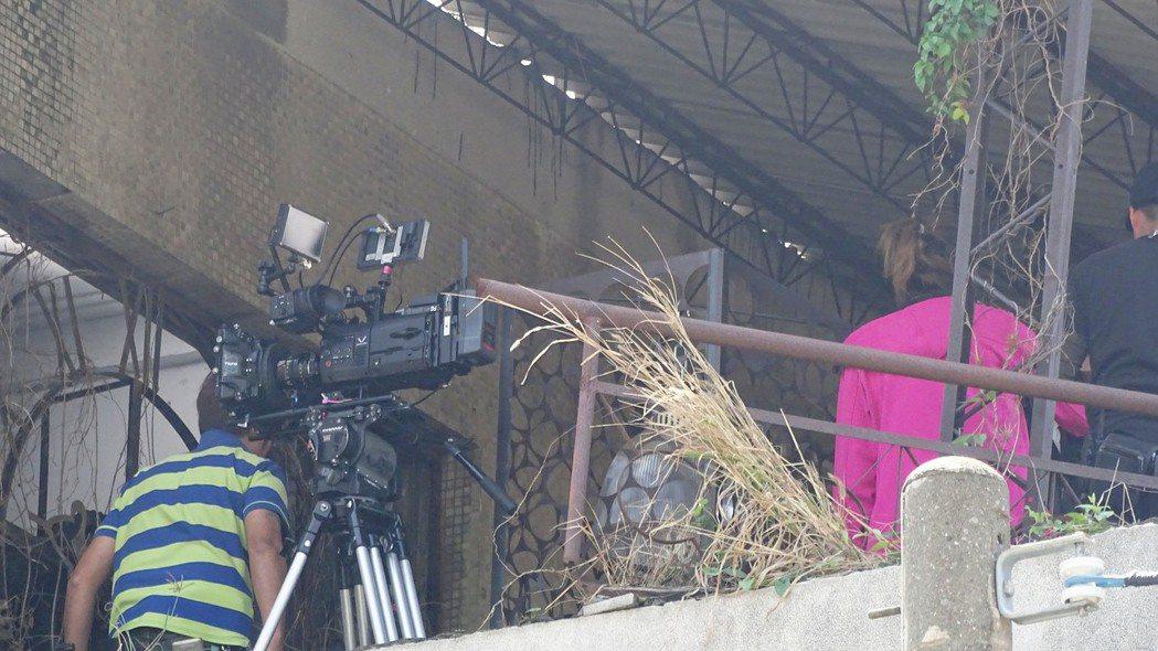 東森電視台正拍攝偶像劇「鐘樓愛人」,目前租地縣立員林醫院舊址拍戲。記者何炯榮/攝...