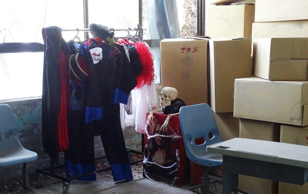 東森電視台正拍攝偶像劇「鐘樓愛人」,目前租借縣立員林醫院舊址拍戲,現場放置戲服和...