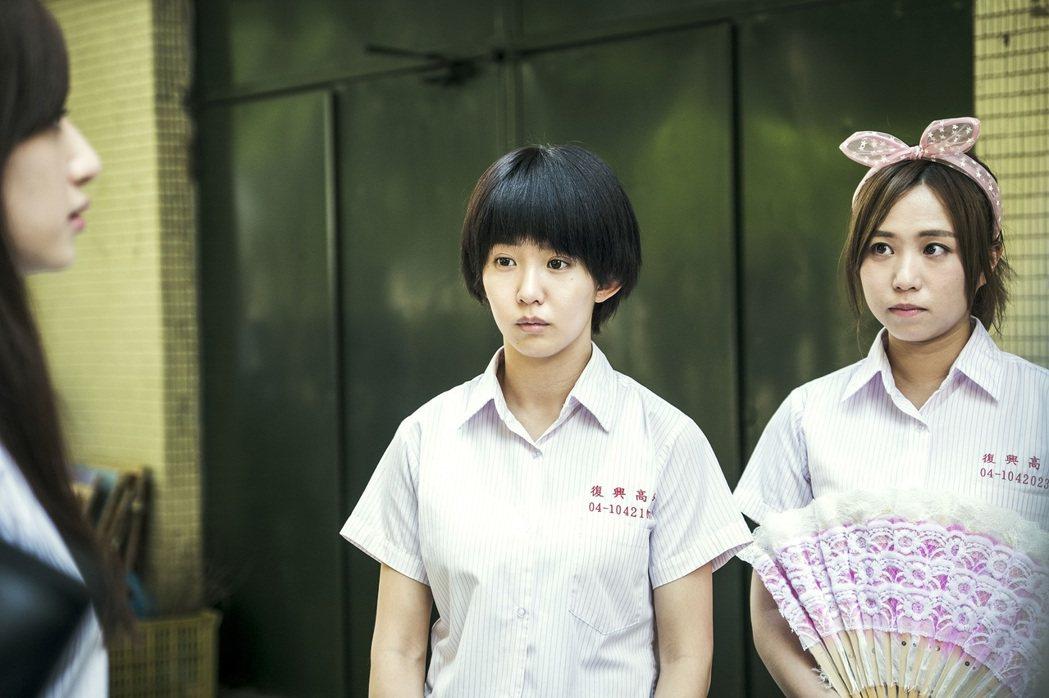 鄭茵聲(右起)在「通靈少女」中飾演郭書瑤閨蜜。圖/HBO Asia提供