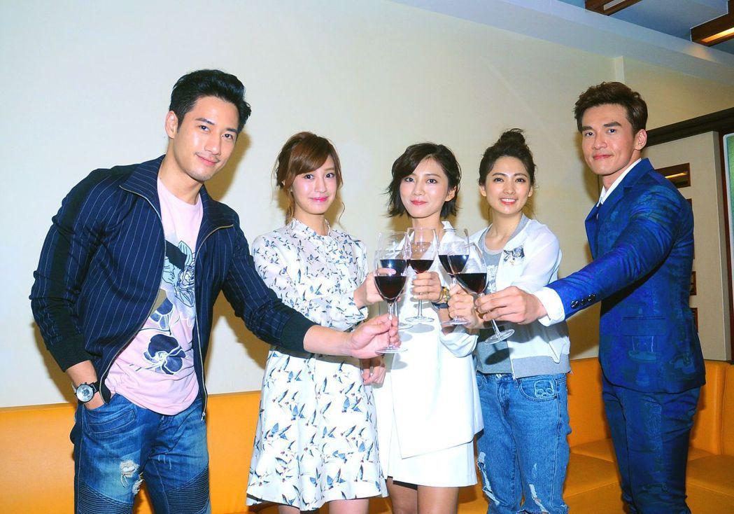 周孝安(左起)、陳敬宣、蔡黃汝、阿喜、楊一展為「我的愛情不平凡」首播慶功。圖/台