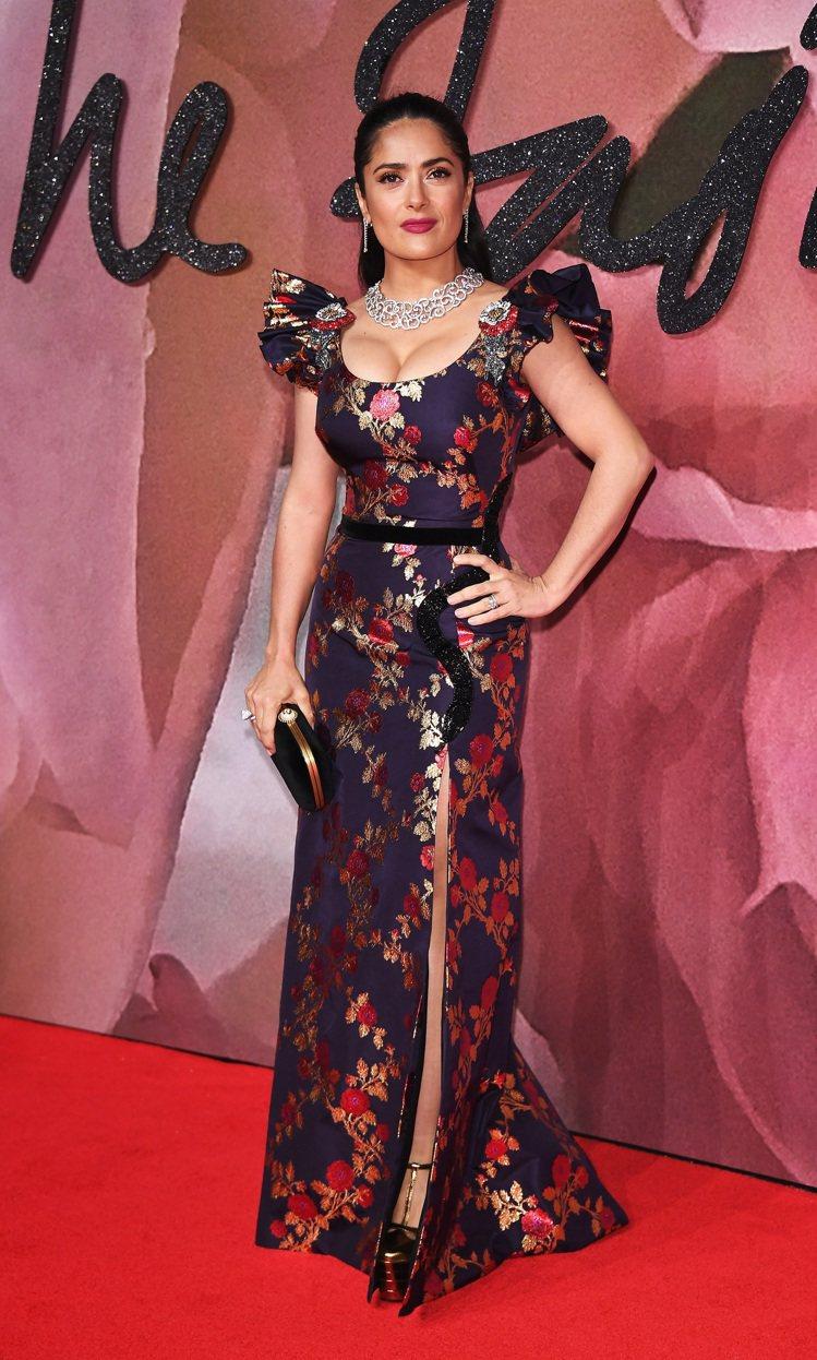 莎瑪海耶克皮諾穿著特別訂製的Gucci花卉刺繡禮服。圖/Gucci提供