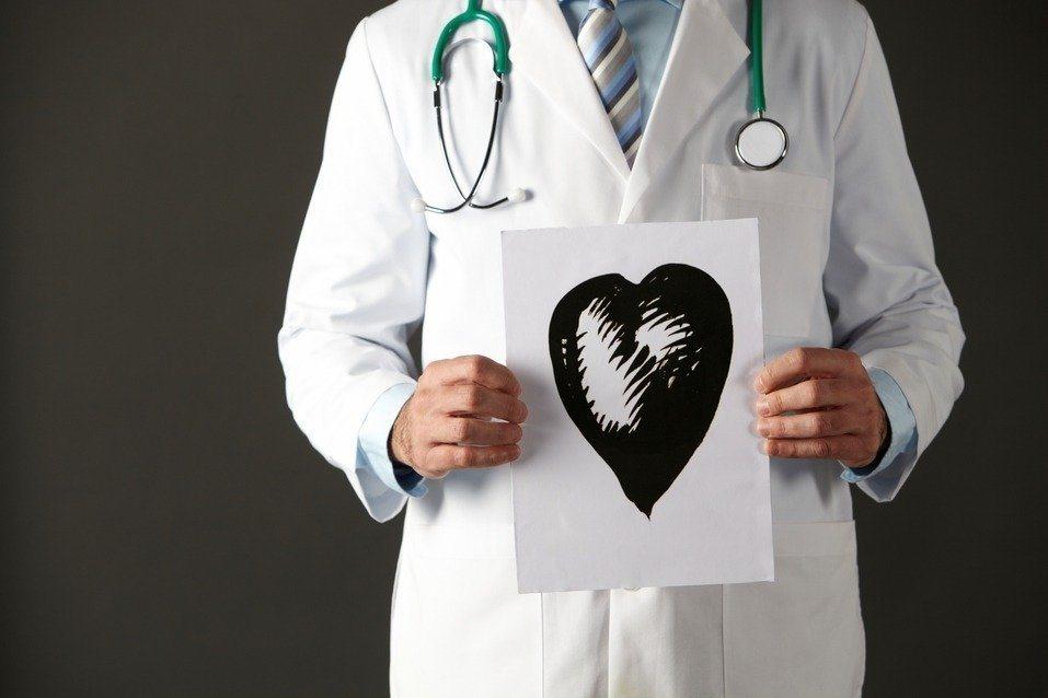 一名住院醫師抱怨工時長、壓力大,就算月薪十萬仍讓他感到不值得。圖/Ingimag...