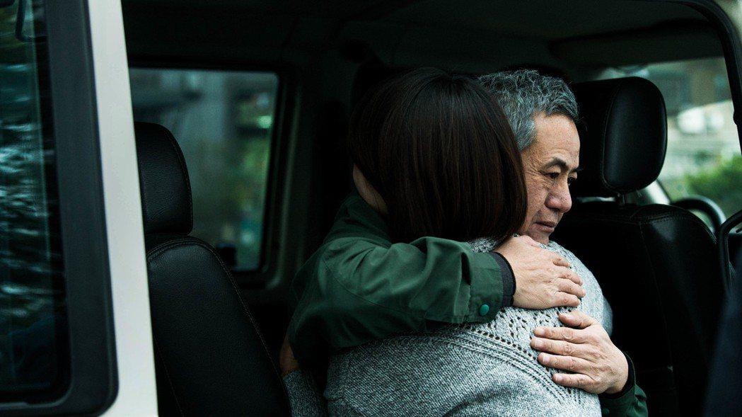 蔡振南、侯怡君戲中的父女關係,從無可奈何到衝突對立到親情羈絆的相擁而泣,令人動容...