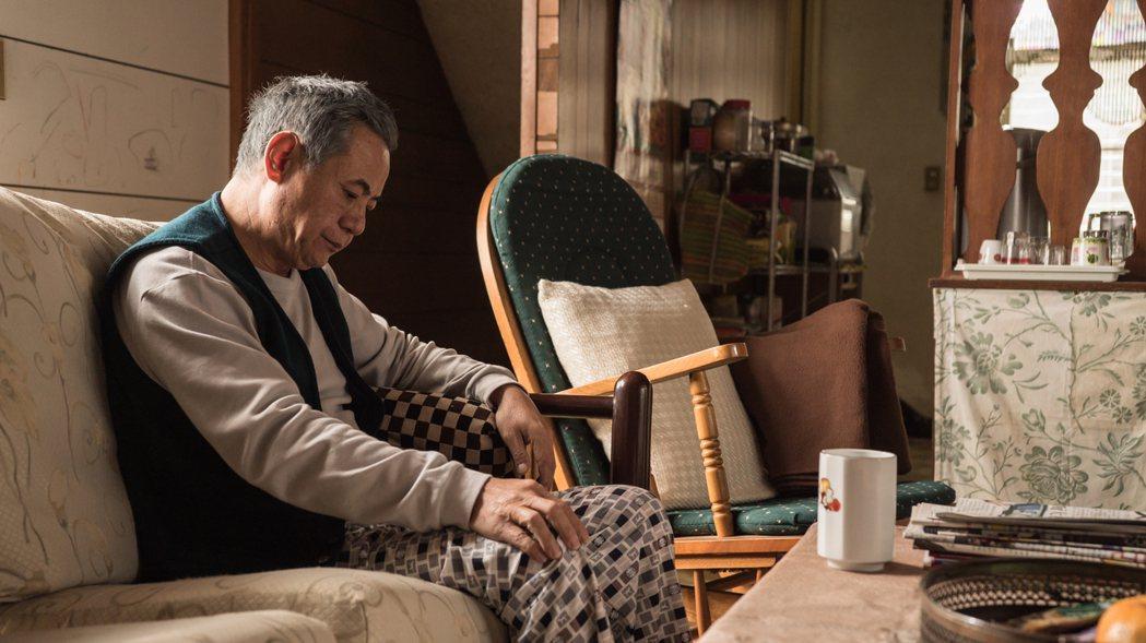 蔡振南戲中飾演被病魔纏身的父親,在兒女面前像個老小孩。圖/民視提供