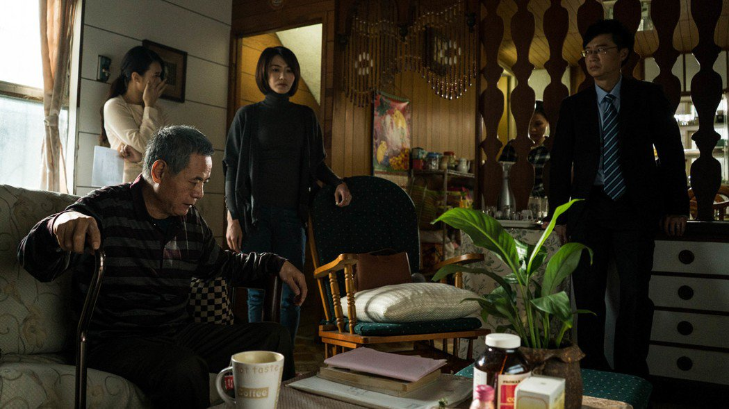 蔡振南在戲中兒女面前像個老小孩。圖/民視提供