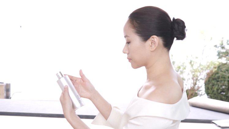 御雅系列林嘉欣拍攝花絮。圖/雪肌精提供