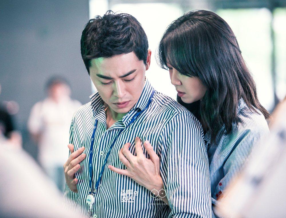 趙政錫(左)演出「嫉妒的化身」被孔曉振數度襲胸。圖/緯來戲劇台提供