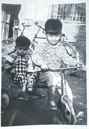 林俊頴與大弟在斗中路舊厝,1960年代。 林俊頴/圖片提供