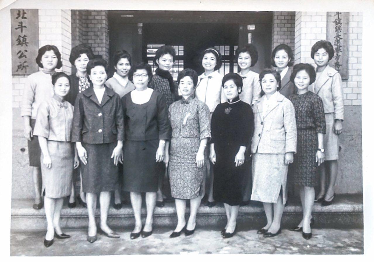 林俊頴的母親與鎮公所同事,1960年代。 林俊頴/圖片提供