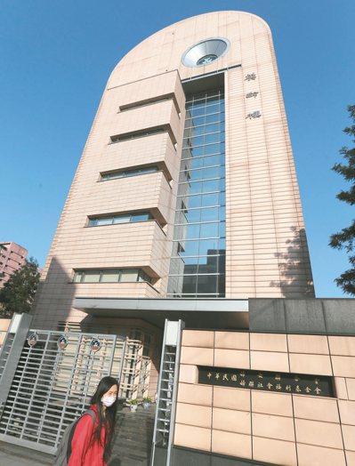 婦聯會位於台北市青島東路上的總部,在陽光下靜靜矗立,但內政部長葉俊榮昨揚言不排除...