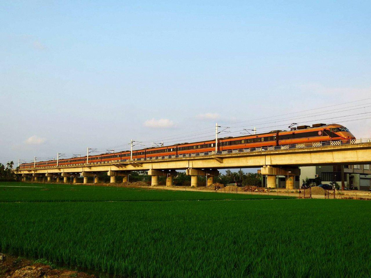仿日本東武「日光詣SPACIA」列車塗裝的台灣首輛黃金列車,將接駁台北到福隆站選...