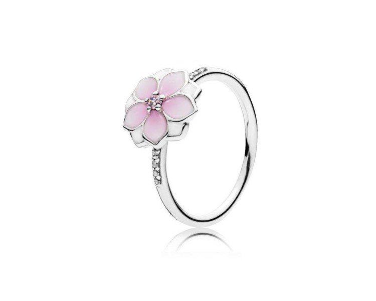 木蘭盛放琺瑯925銀戒指,2,580元。圖/PANDORA提供