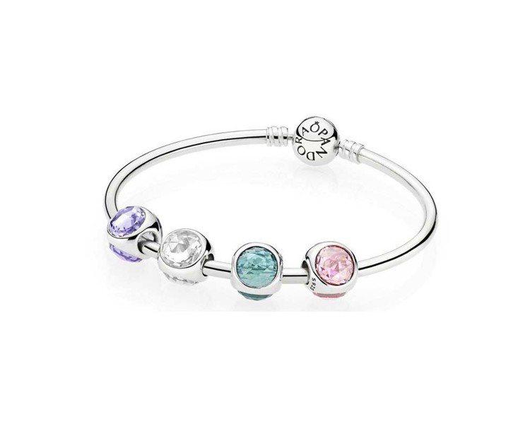 明亮水滴Radiant Droplet系列每款串飾均鑲嵌三顆色彩鮮豔的玫瑰式切割...