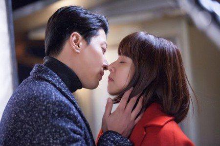 李東健(左)和趙胤熙假戲真做。圖/摘自naver