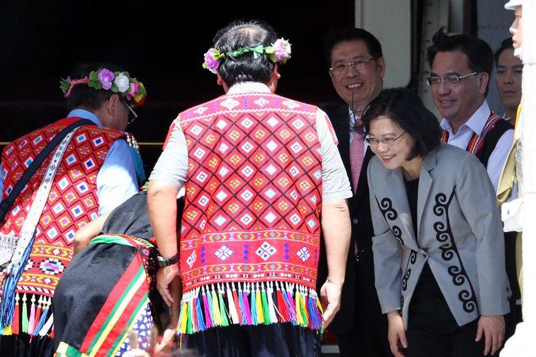 圖為2016年8月1日,蔡英文政府代表政府向原民道歉,照片可見蔡總統站在臺階握手...