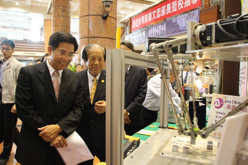台灣若為技職體制長期發展著想,政策地基就得紮得穩。圖為教育部長潘文忠。 圖/聯合...