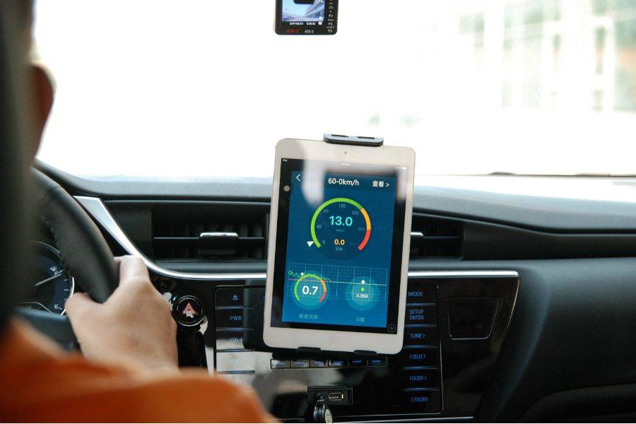 同時在煞停測試時,車內也備有平板進行煞停距離測量。 記者林鼎智/攝影