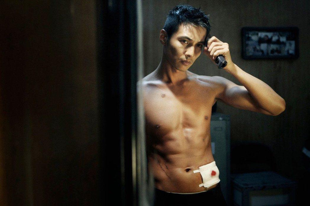 元斌2010年近軍大螢幕作品「叔叔」(又名「這個殺手不太冷」),是當年韓國最賣座...