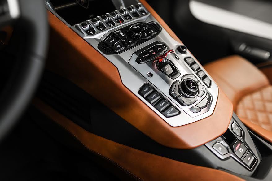 中控台的全新TFT數位儀表板,可根據個人喜好進行設定,顯示行車資訊,另外STRADA、SPORT、CORSA與EGO駕駛模式可供選擇。 記者林和謙/攝影